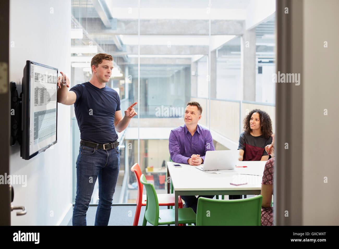 Giovani designer maschio rendendo la presentazione in design studio Immagini Stock