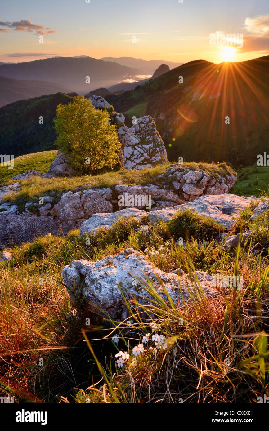 Paesaggio con rocce al tramonto, Bolshoy Thach (Big Thach) Natura Park, monti caucasici, Repubblica di Adygea, Russia Immagini Stock