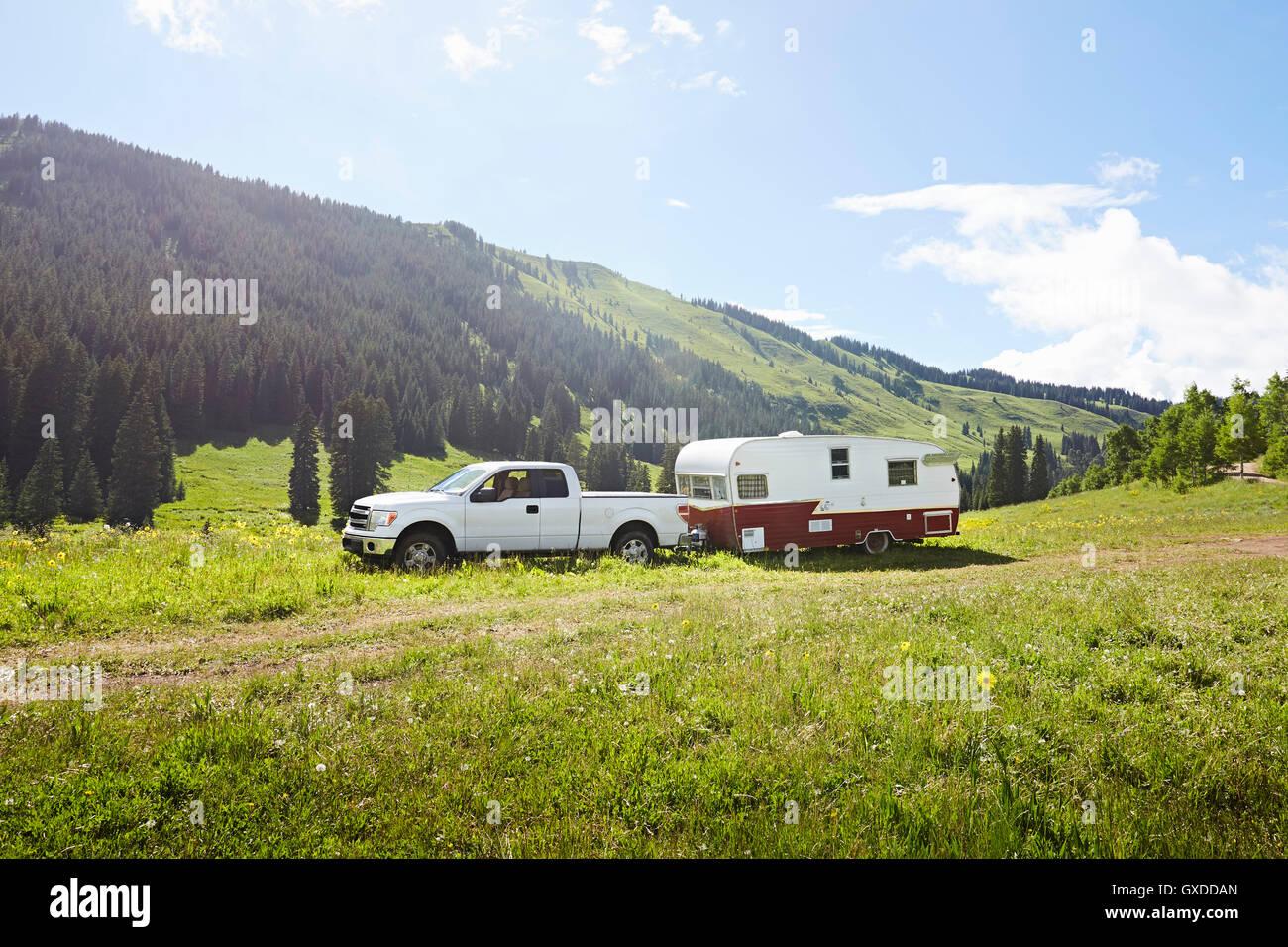 Veicolo per attività ricreative e roulotte parcheggiate nel paesaggio, Crested Butte, Colorado, STATI UNITI Immagini Stock