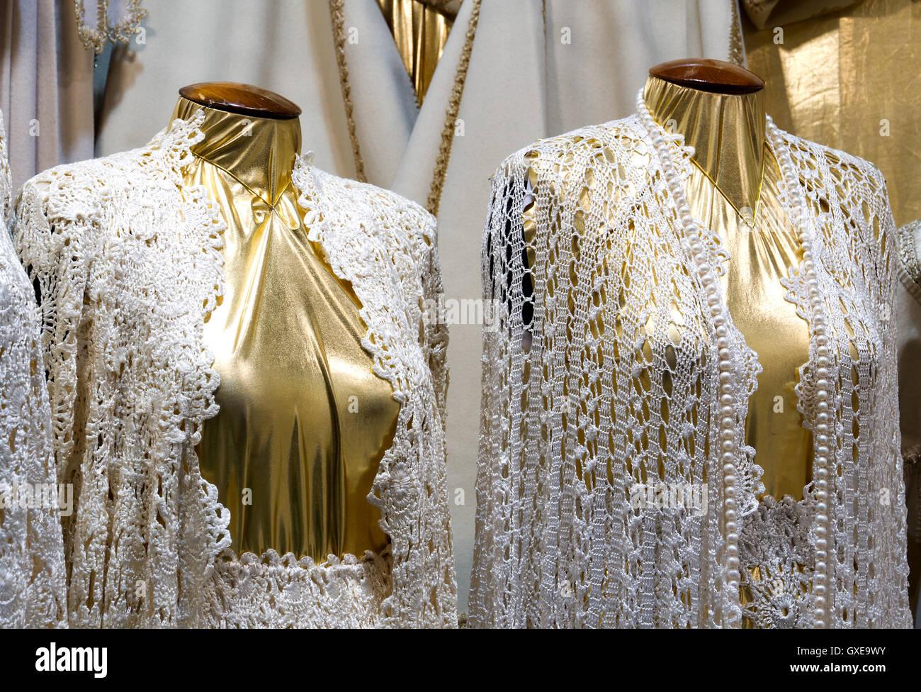 641a6629cb3e Moda donna eleganti manichini (manichini) in negozio (boutique) vestito in  abiti macrame.