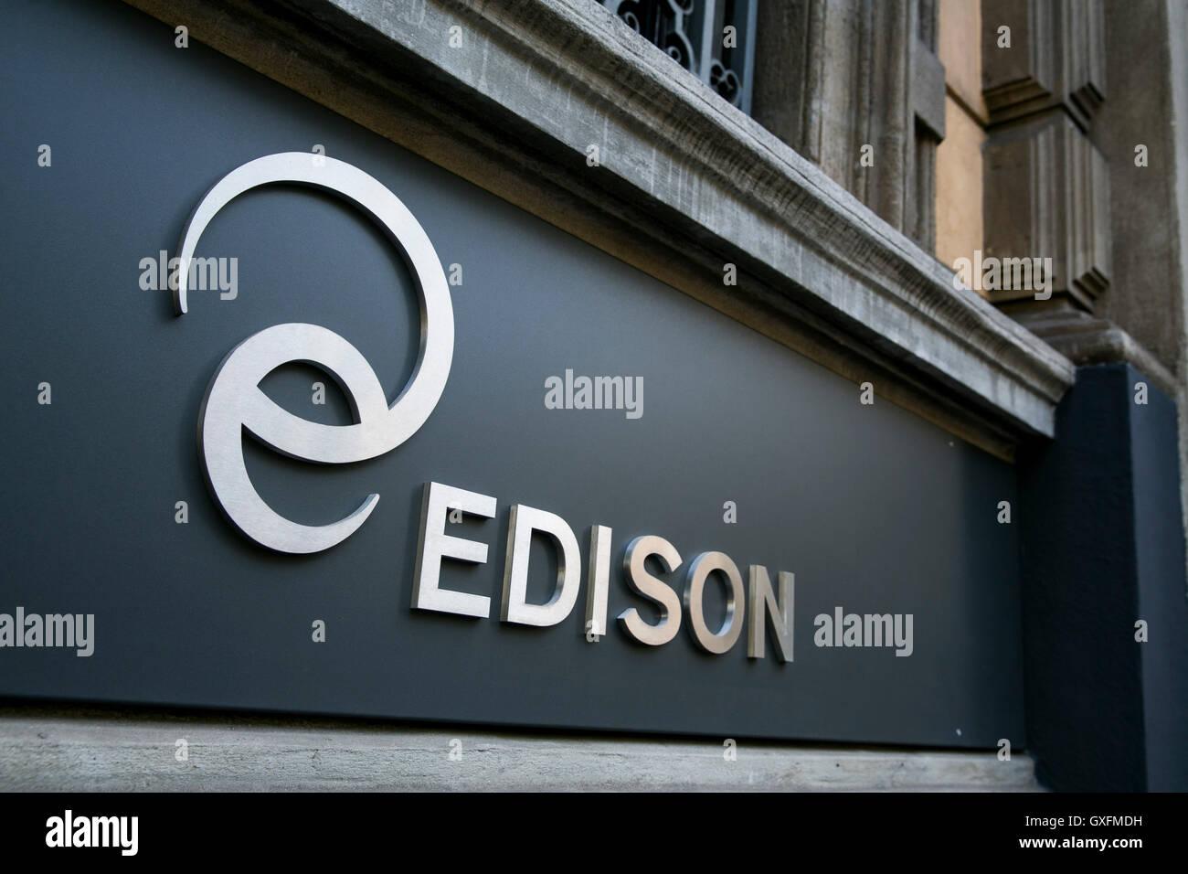 Un logo segno al di fuori della sede di Edison S.p.A. di Milano ...