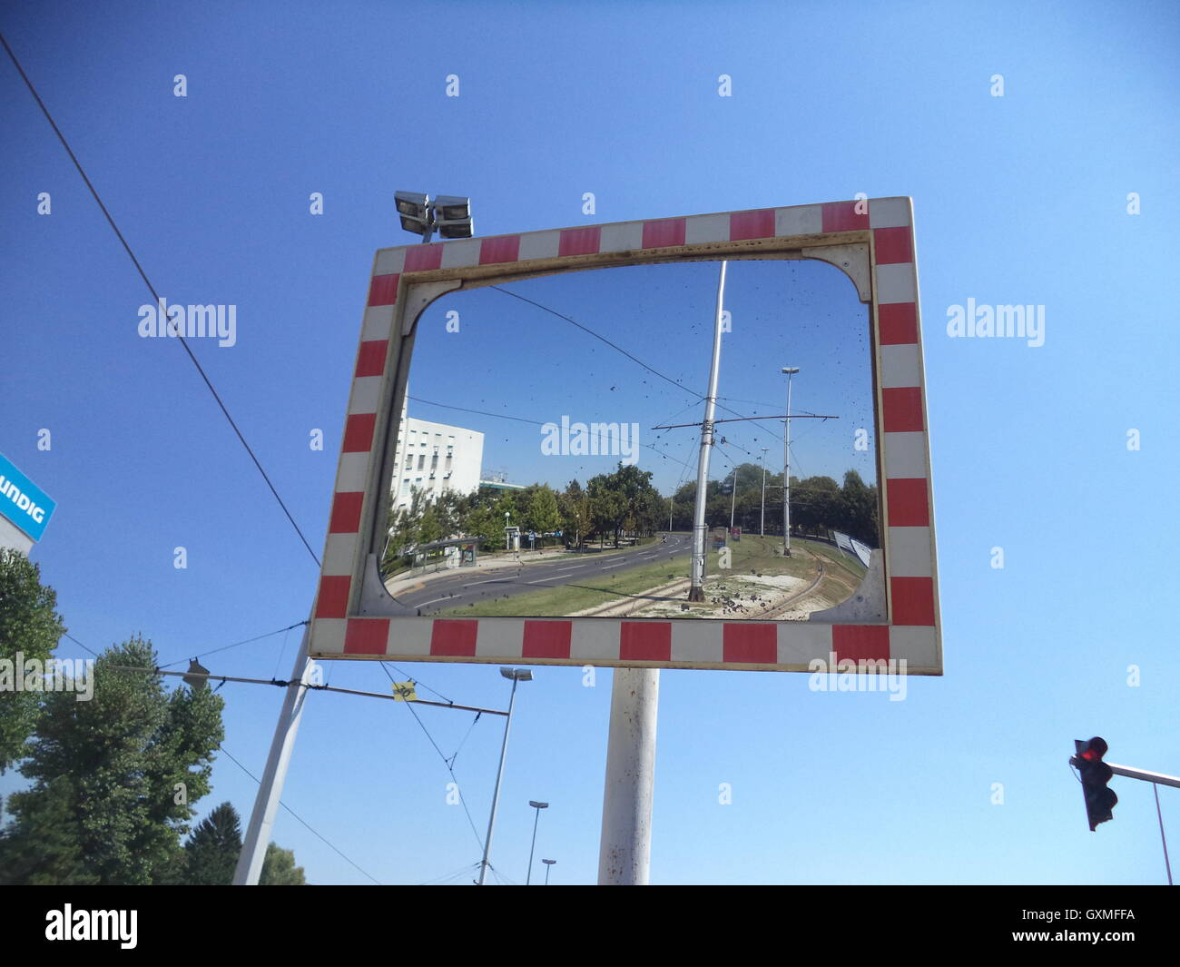 Specchio ad un crocevia, traffico, sfondi, textures , uno spazio per la scrittura dei messaggi, immagini sfocate Immagini Stock
