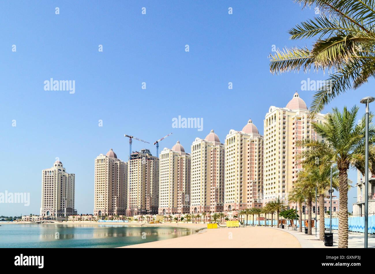 Viva Bahriya, la costruzione di nuove torri residenziali sull'isola artificiale del Pearl-Qatar Immagini Stock