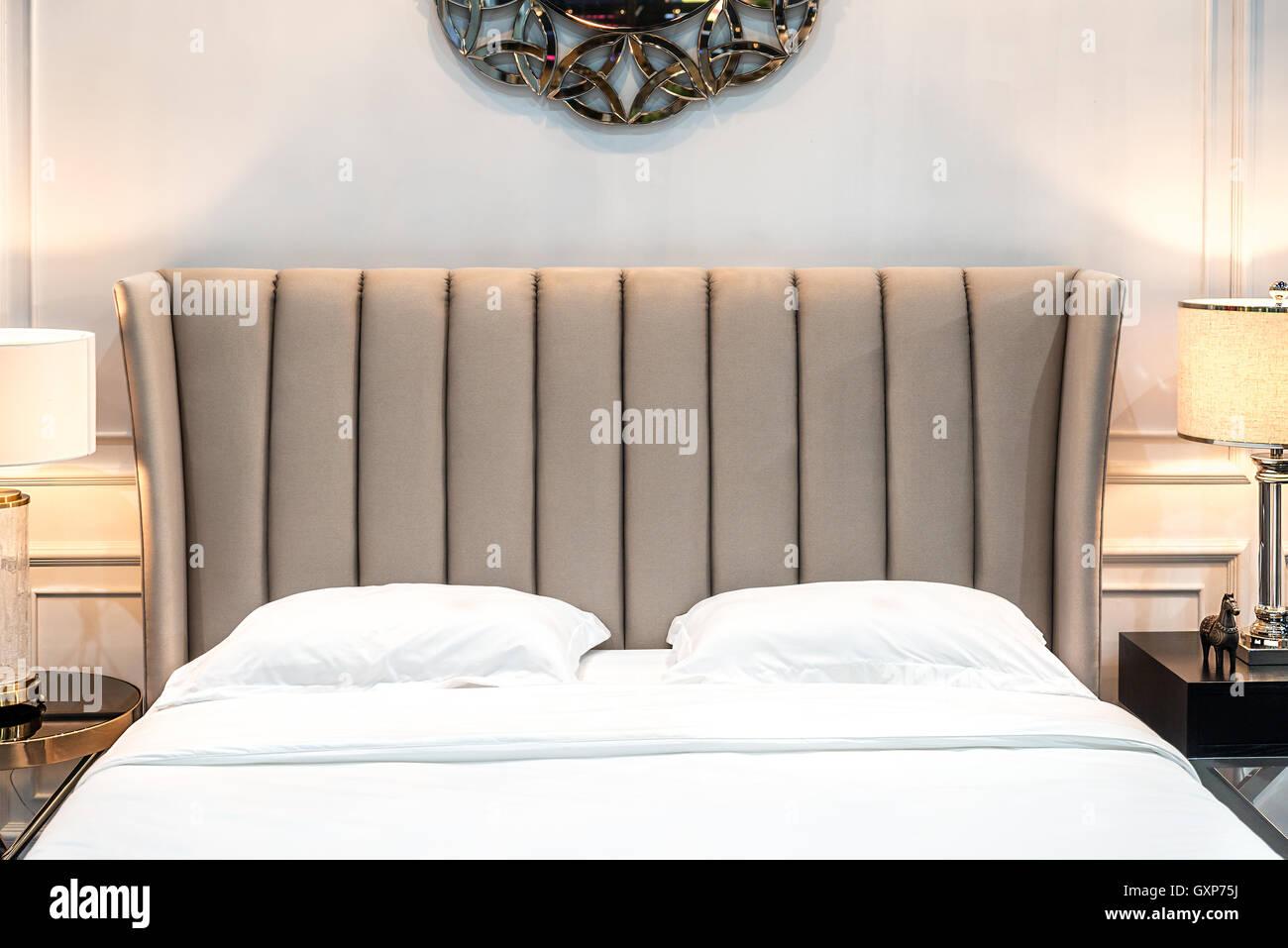 Interno della camera da letto lussuosa in casa o hotel con lampada ...