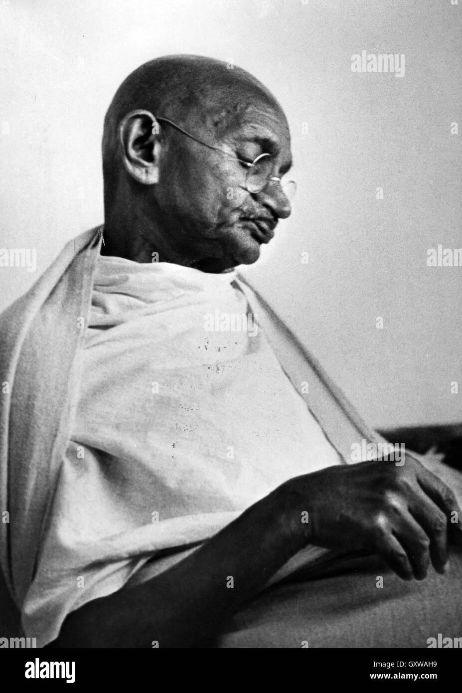 Il Mahatma Gandhi (1869-1948) Indiano leader dell'indipendenza nel 1945. Foto di Sunil Janah Immagini Stock