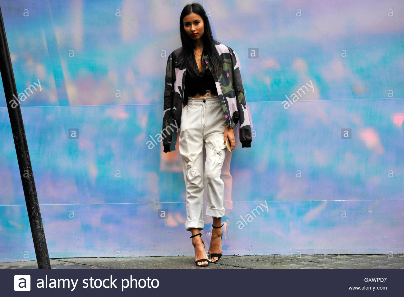 UK Big Brother Celebrity Evelyn Ellis a Brewer street durante la London Fashion Week SS17 FW16 Street Style 16 settembre Immagini Stock