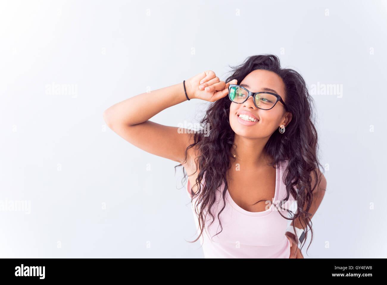 Gioiosa donna che indossa gli occhiali. Immagini Stock