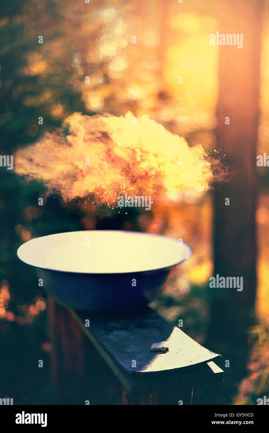 Camping composizione con un bawl sulla panca in legno Immagini Stock