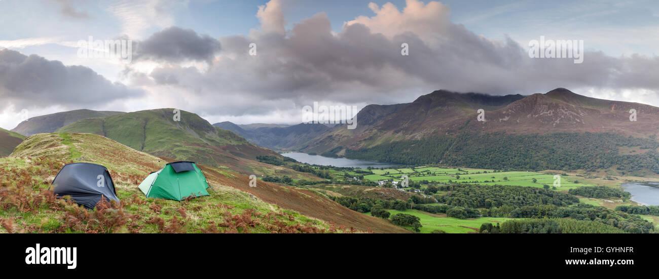 Due tende per un fine settimana di campeggio selvaggio su Rannerdale Knotts affacciato Buttermere nel Lake District Immagini Stock