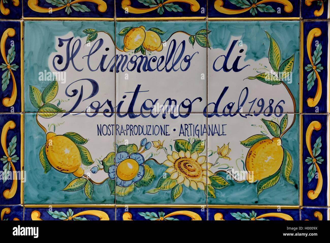 Piastrelle a muro con la pubblicità per il limoncello italiano