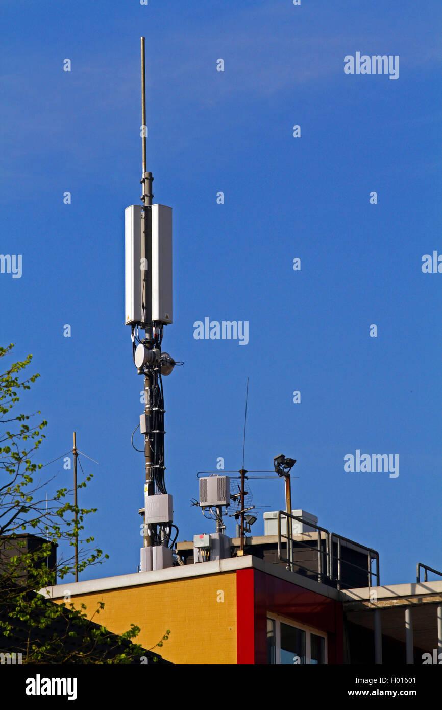 Sendetechnik fuer digitale Kommunikation auf einem Dach, Deutschland | La tecnologia di comunicazione su un tetto Immagini Stock