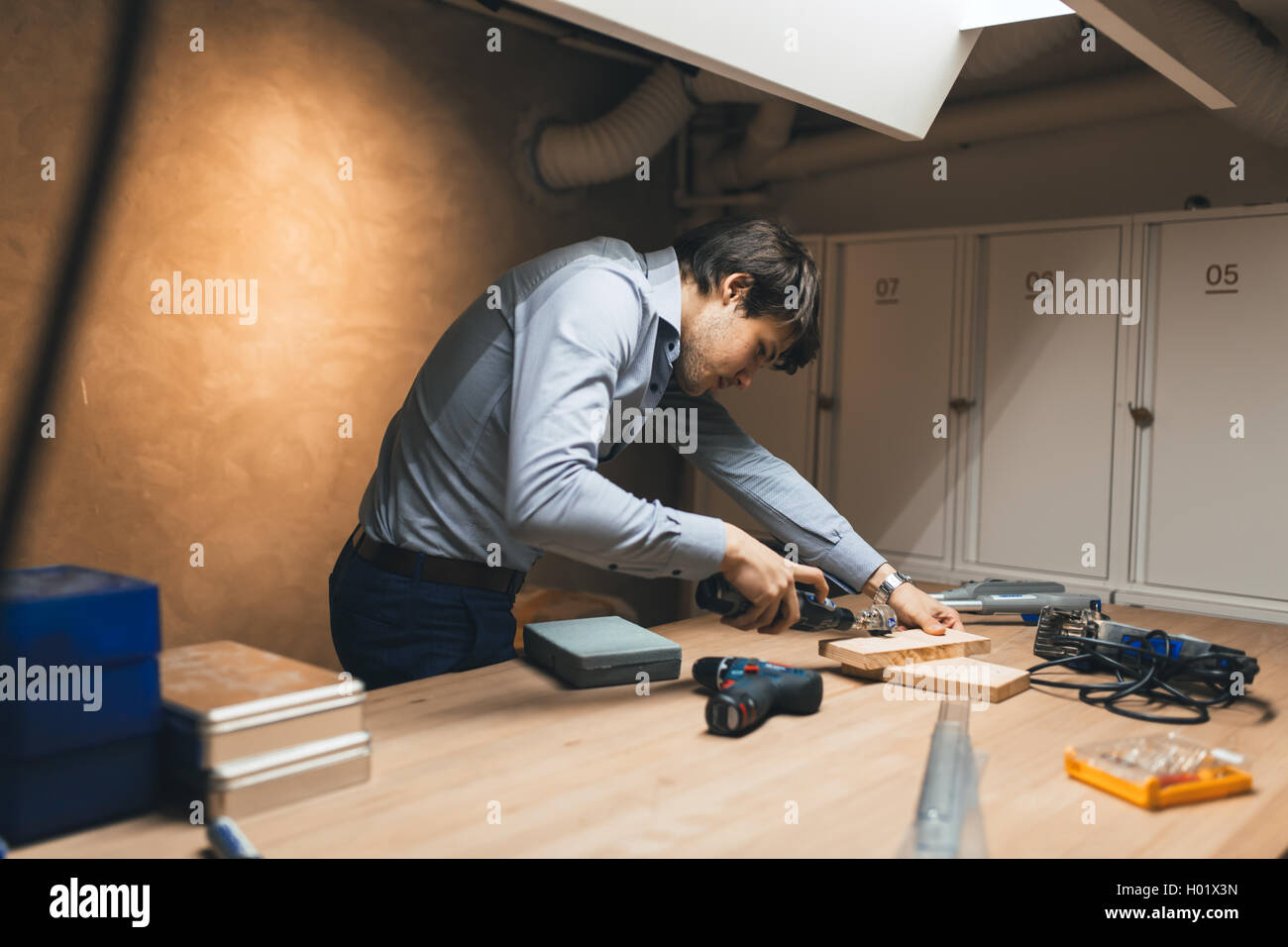Tuttofare per la lavorazione del legno con utensili di precisione a portata di mano Immagini Stock