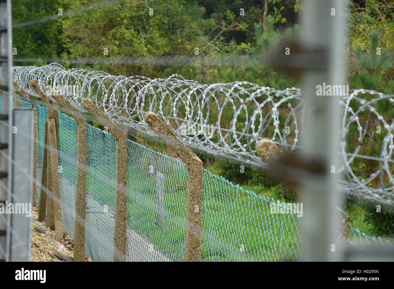 Elettrificate recinzione di sicurezza una buona profondità di messa a fuoco selettiva dell'immagine. Immagini Stock