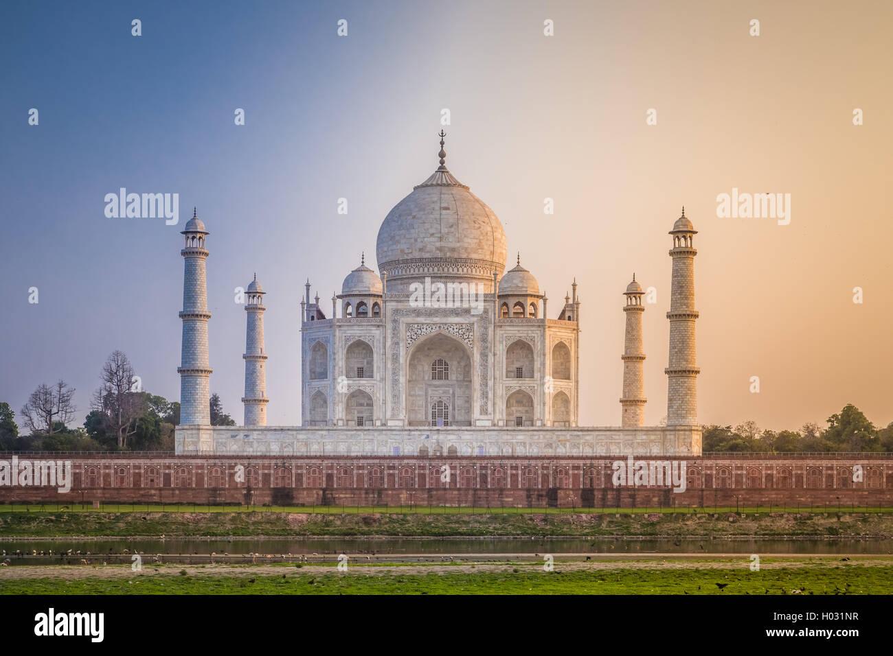 Taj Mahal dal lato settentrionale attraverso il fiume Yamuna al tramonto. Immagini Stock