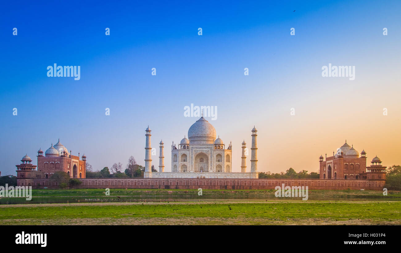 Panorama del Taj Mahal dal lato nord attraverso il fiume Yamuna al tramonto. Immagini Stock