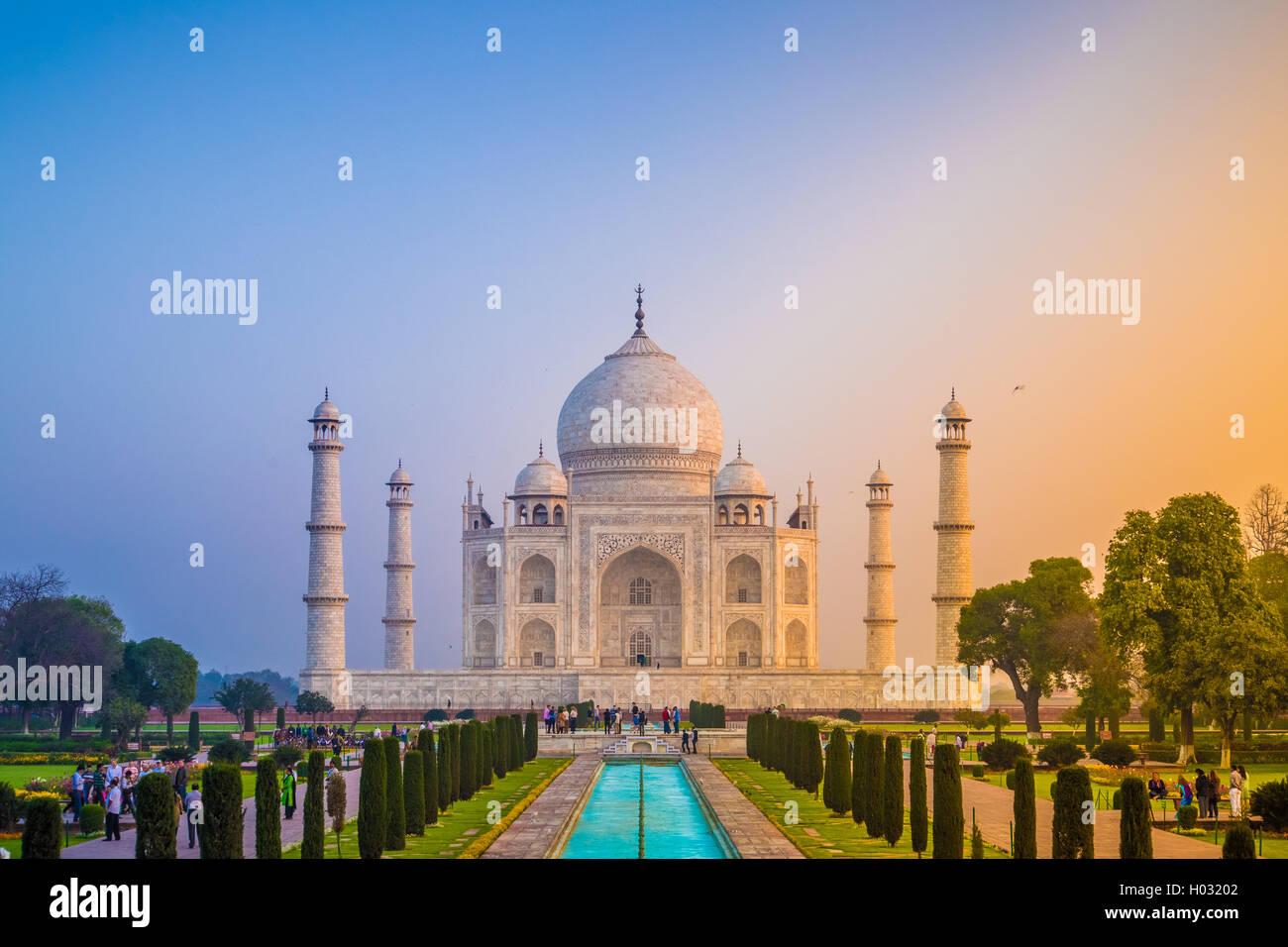 AGRA, India - 28 febbraio 2015: vista del Taj Mahal di fronte al grande cancello. Lato sud. Immagini Stock