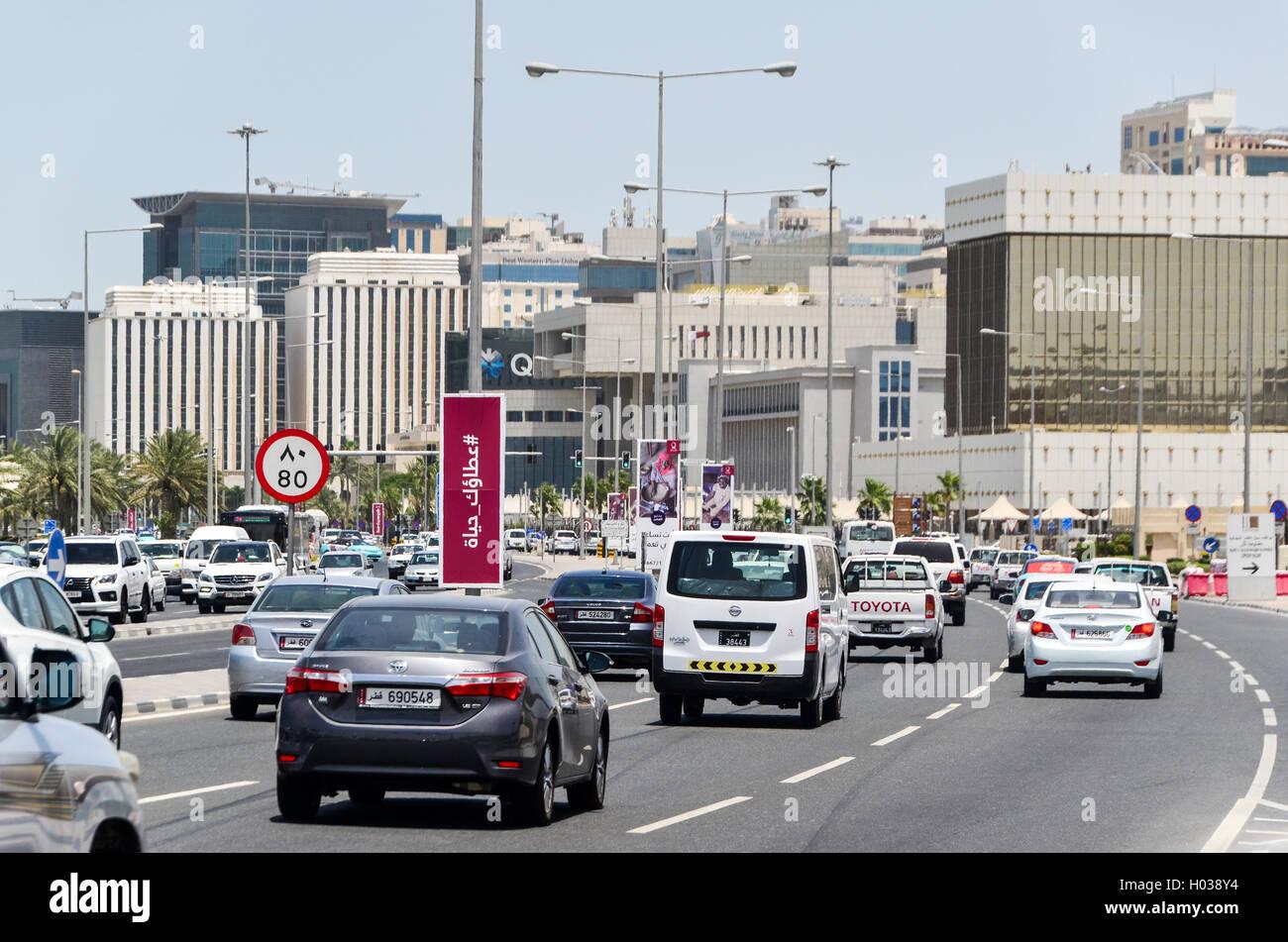 Il traffico sulle strade di Doha, in Qatar Immagini Stock