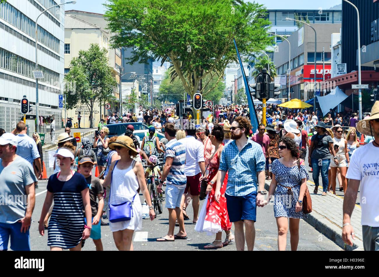 La folla dei sudafricani e turisti su Bree Street, Città del Capo, durante le strade aperte festival Immagini Stock