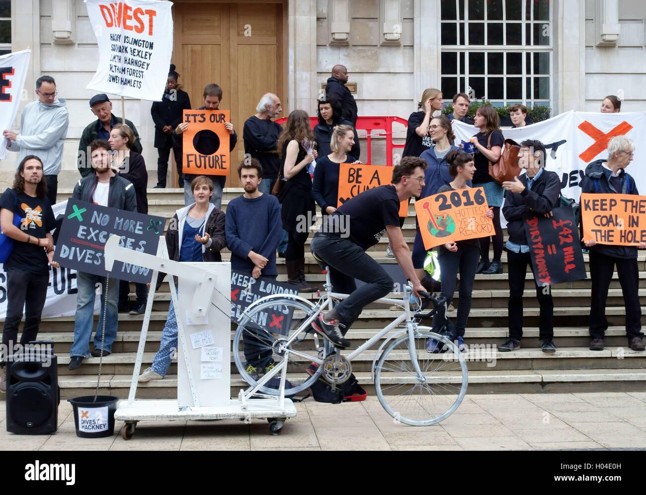 Il cambiamento climatico manifestanti dimostrare contro il combustibile fossile gli investimenti al di fuori Hackney Immagini Stock