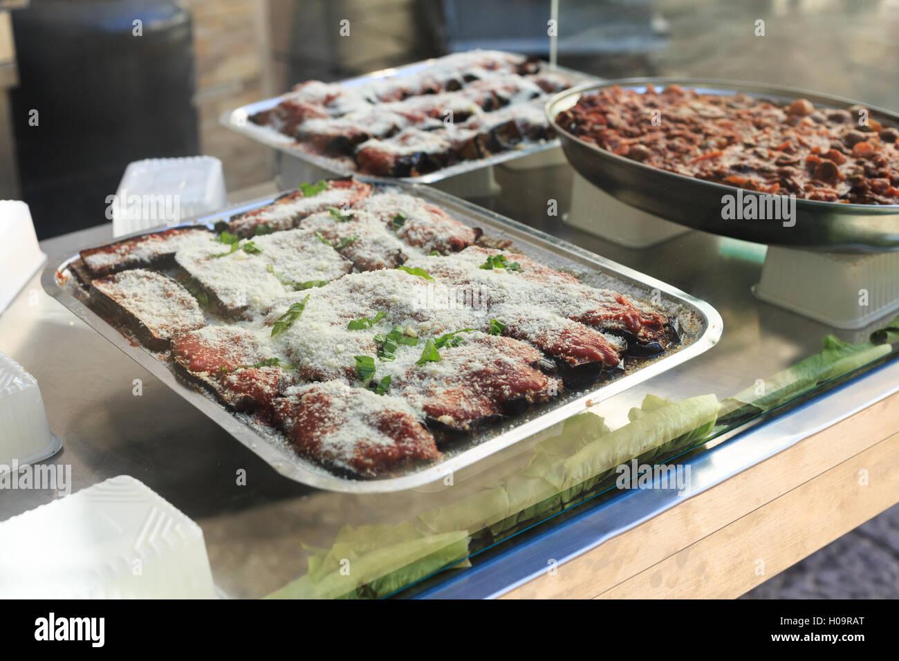 La Parmigiana di melanzane, Ballarò mercato, Palermo, Sicilia Immagini Stock