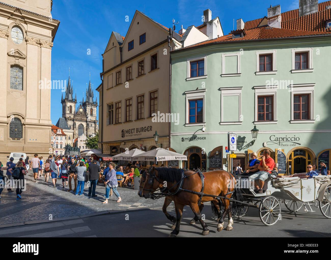 Vista verso la vecchia piazza proprio (Staroměstské náměstí) da Franz Kafka quadrato (náměstí Immagini Stock