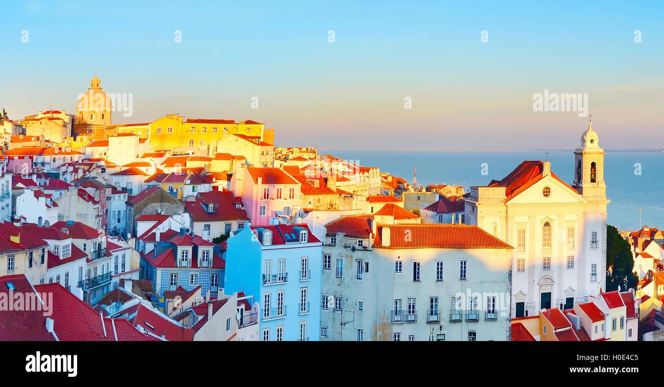 Vista al tramonto del quartiere di Alfama - il centro storico di Lisbona. Portogallo Foto Stock