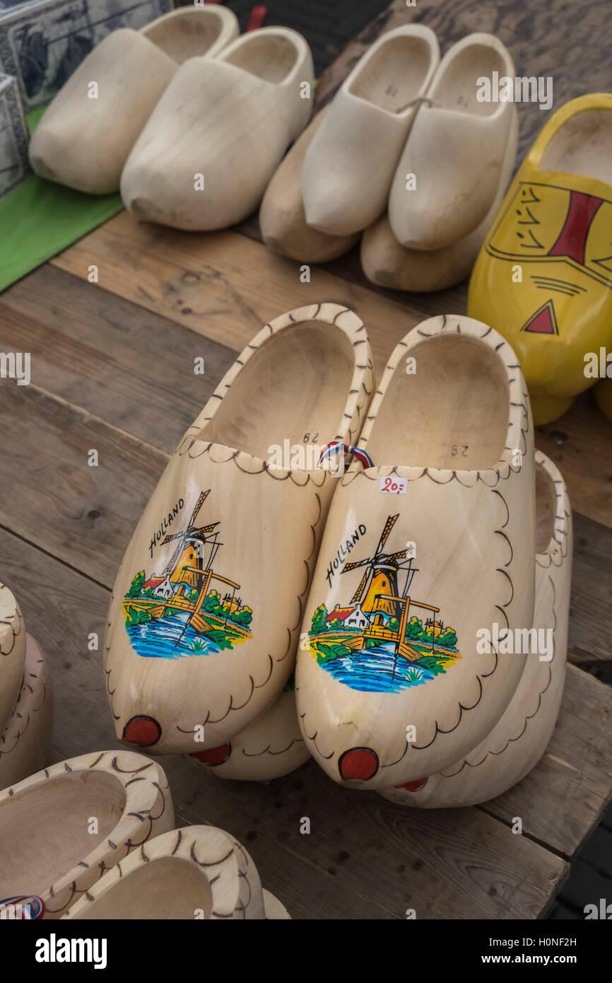 Tradizionali olandesi zoccoli di legno per vendita a Waterlooplein mercato delle pulci, Amsterdam, Paesi Bassi Immagini Stock