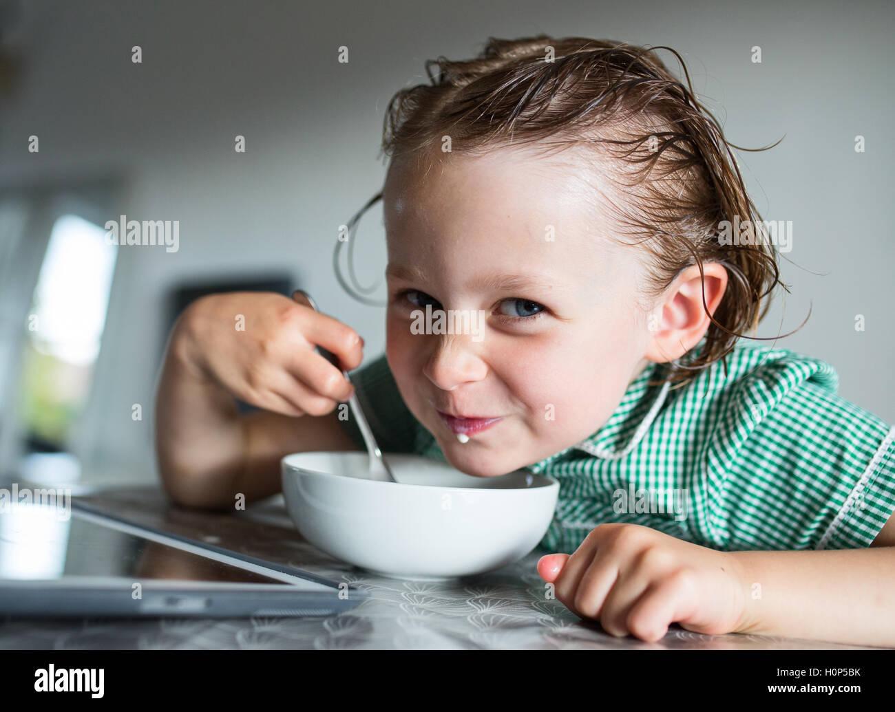 Mangiare la prima colazione Immagini Stock