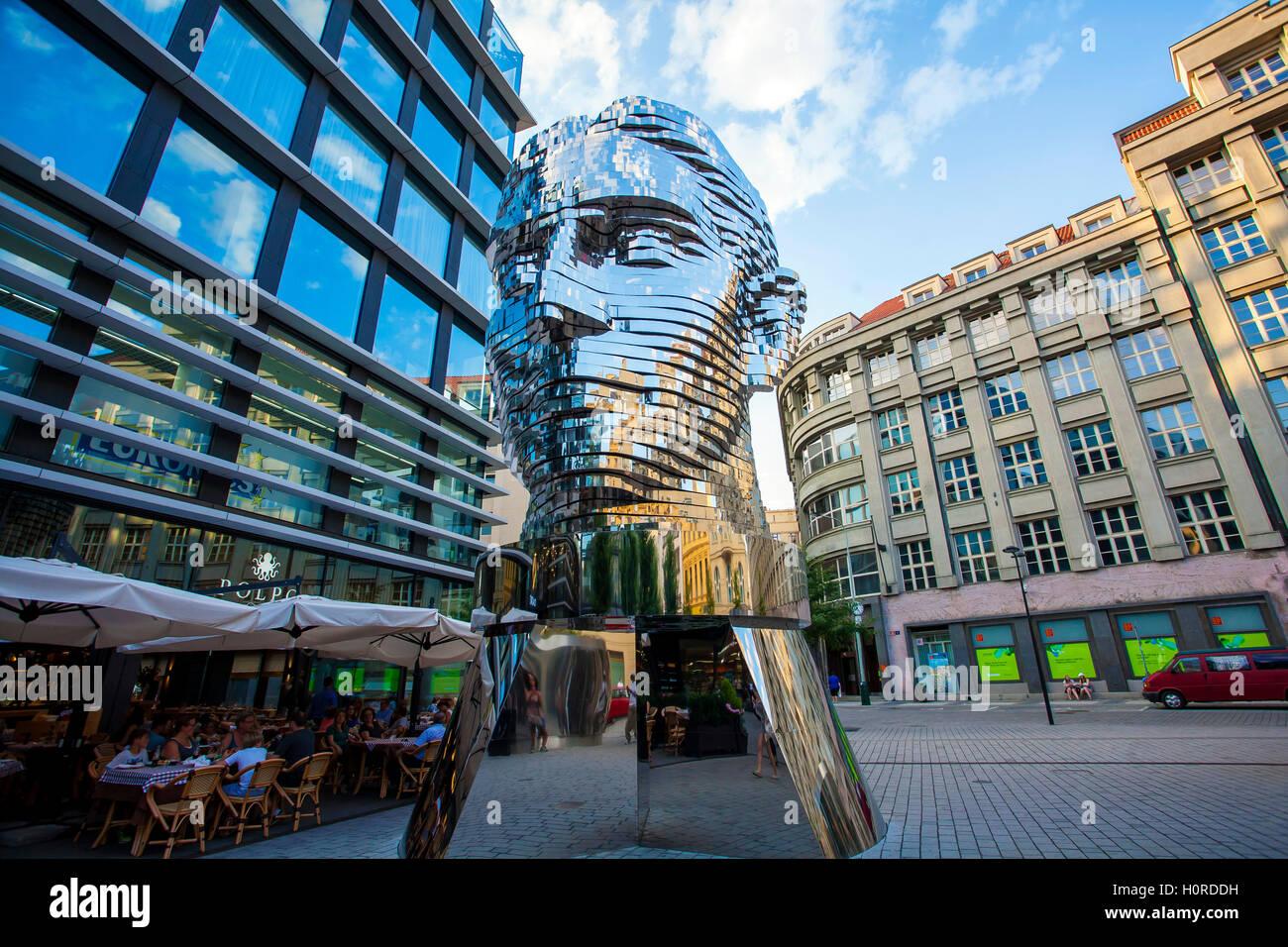 Statua di Franz Kafka, il lavoro più recente da artista David Cerny è situato nel cortile del centro commerciale Quadrio (metropolitana Narodni tr Foto Stock