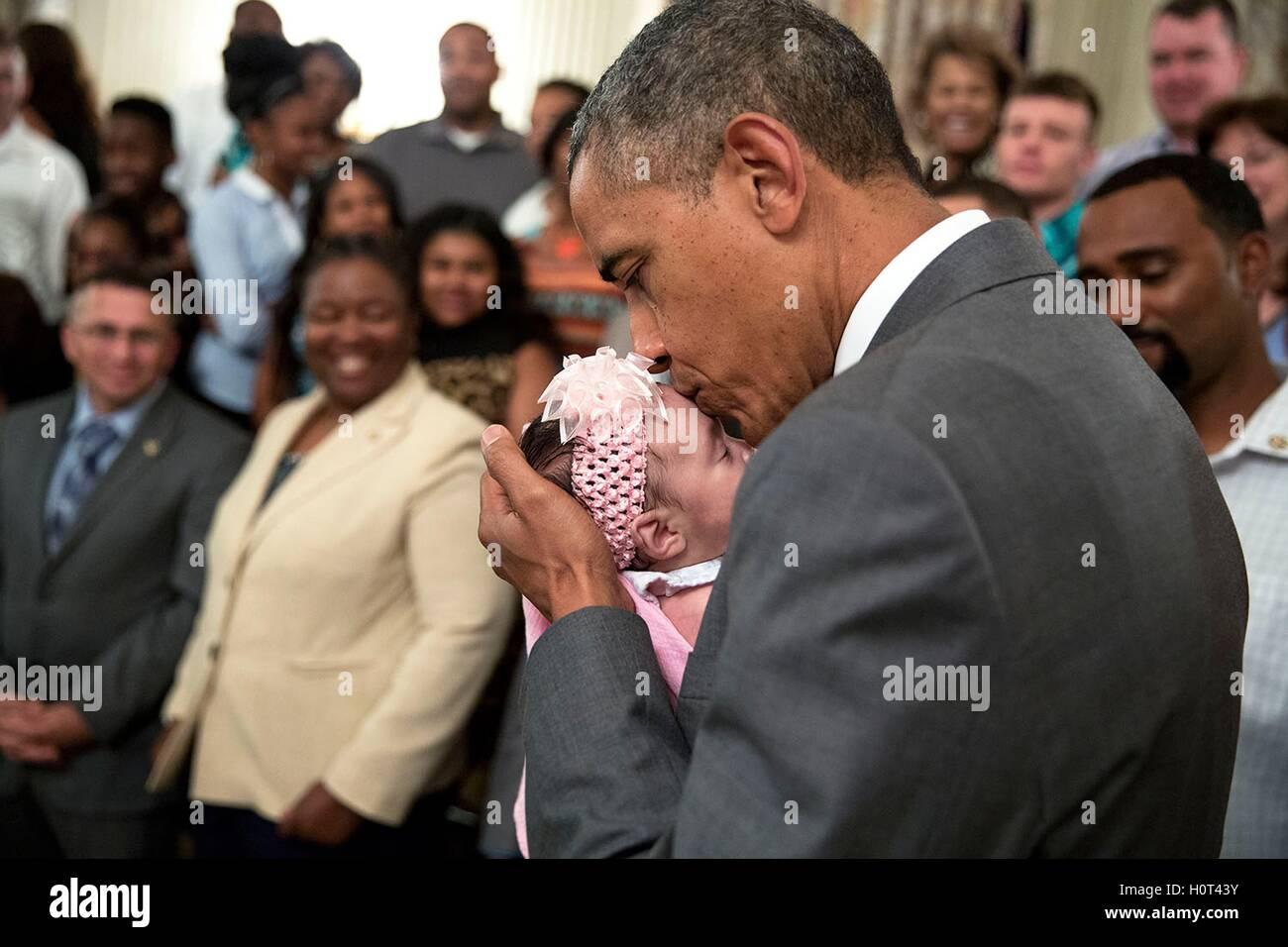 Stati Uniti Il presidente Barack Obama baci una bambina come egli saluta combattenti feriti e le loro famiglie durante Immagini Stock