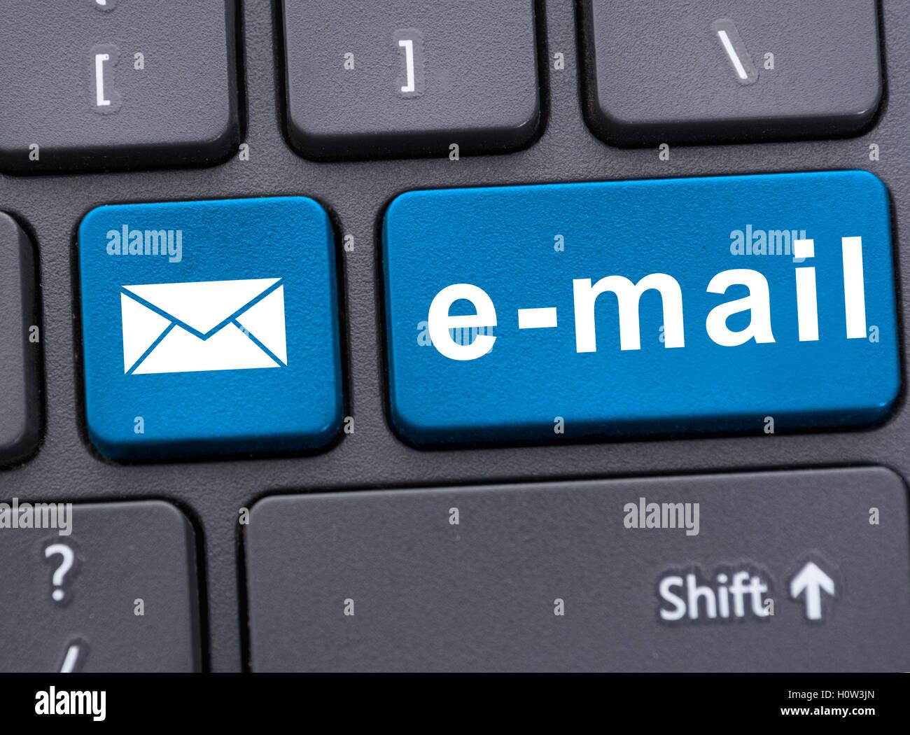 Primo piano immagine del pulsante messaggio di posta elettronica con il messaggio sulla tastiera del laptop moderno Immagini Stock
