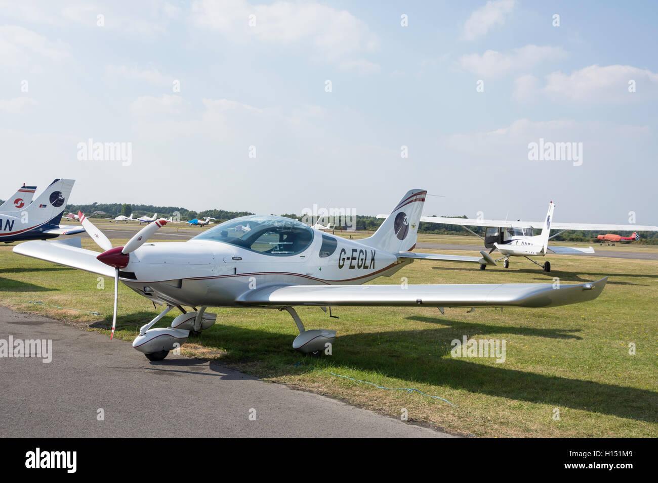 Repubblica ceca Sport PS-28 Cruiser aeromobili a Blackbushe Aeroporto, London Road, fossa settica, Hampshire, Inghilterra, Immagini Stock