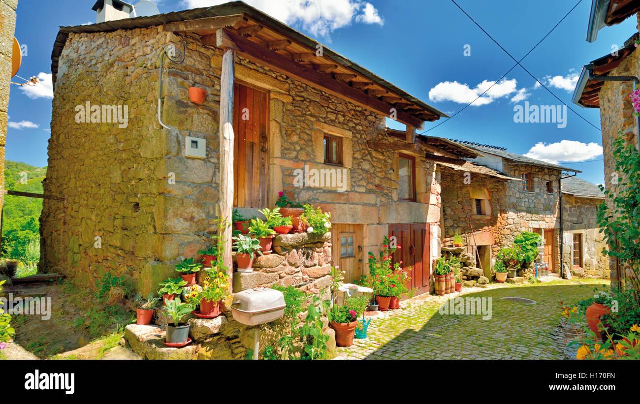 Case In Pietra Di Montagna : Portogallo tradizionale vicolo di pietra e case di montesinho