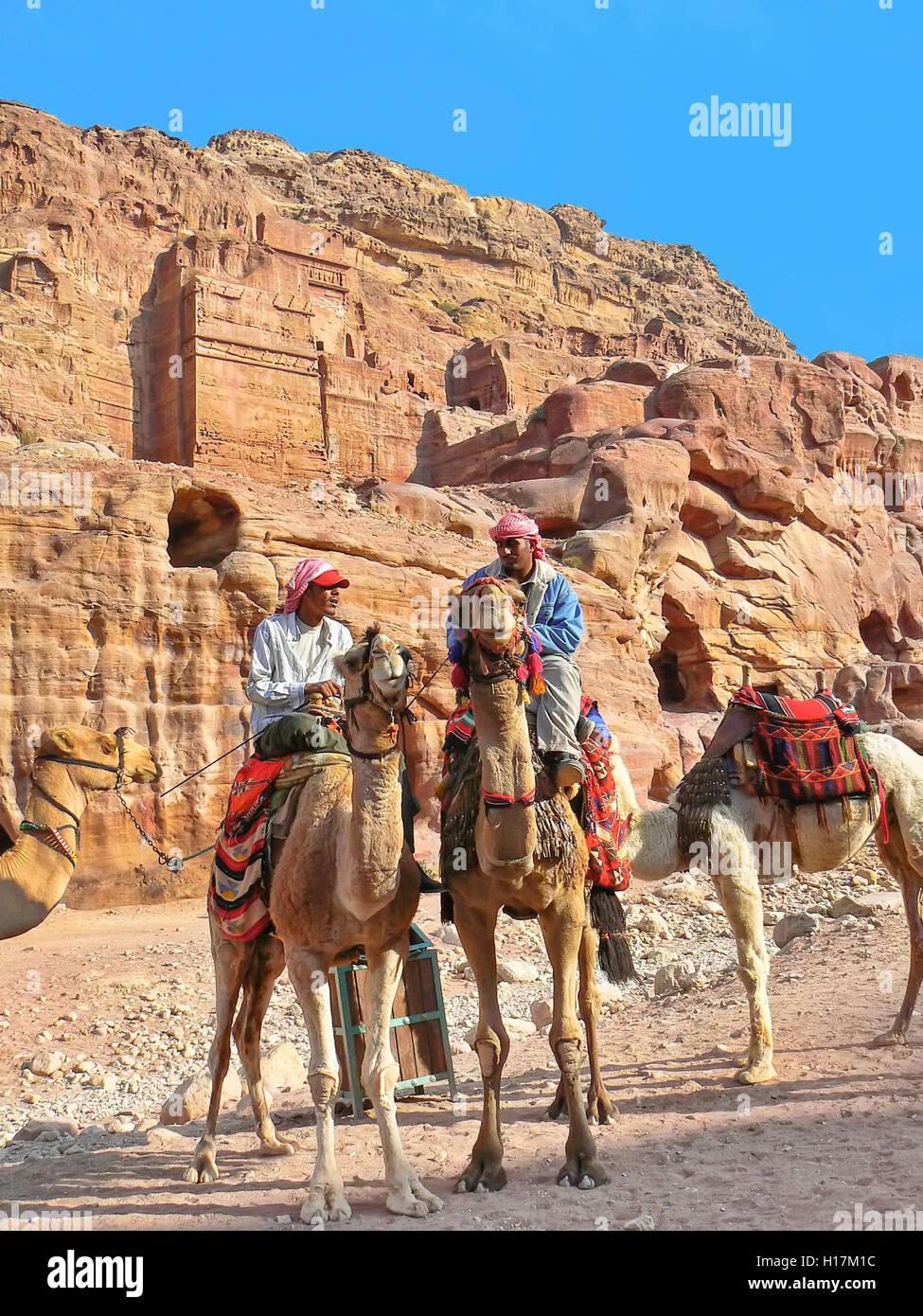 Turistica di cammelli a Petra, Giordania Immagini Stock