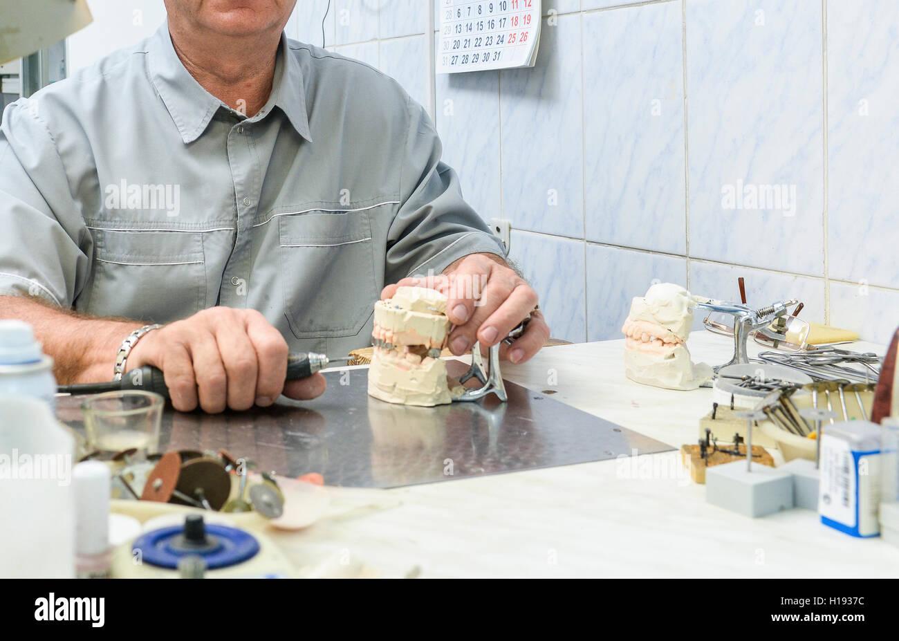 Articolatore con protesi dentaria modello in laboratorio Immagini Stock