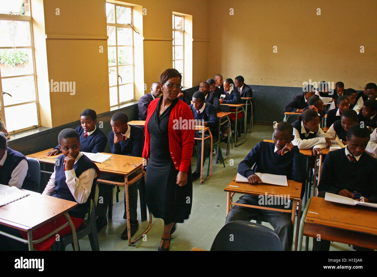 Insegnante della Scuola con la scuola dei bambini in aula, San Marco a scuola, Mbabane, Hhohho, Regno di Swaziland Immagini Stock