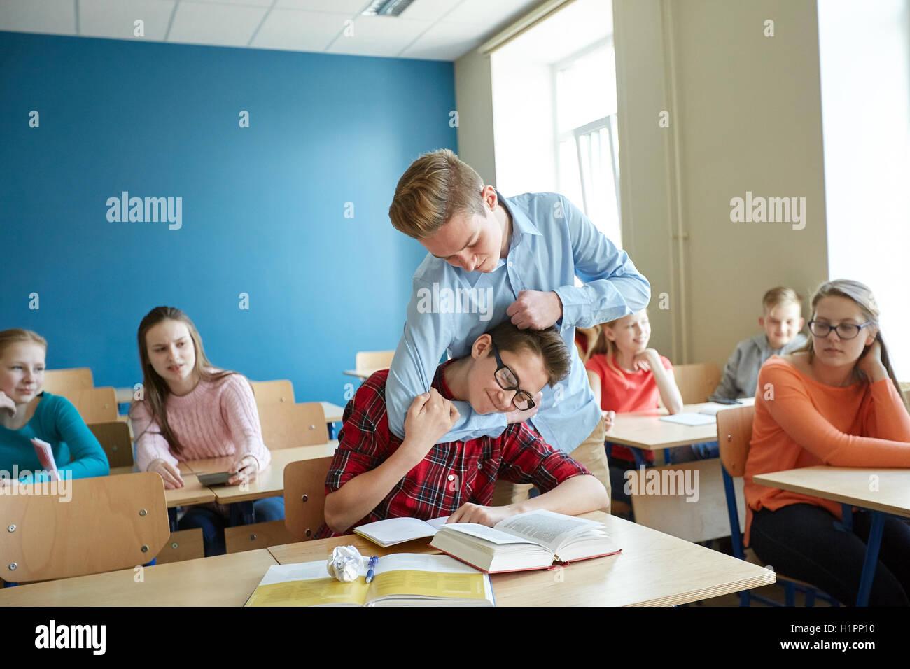 Studente ragazzo malato di classmate beffa Immagini Stock