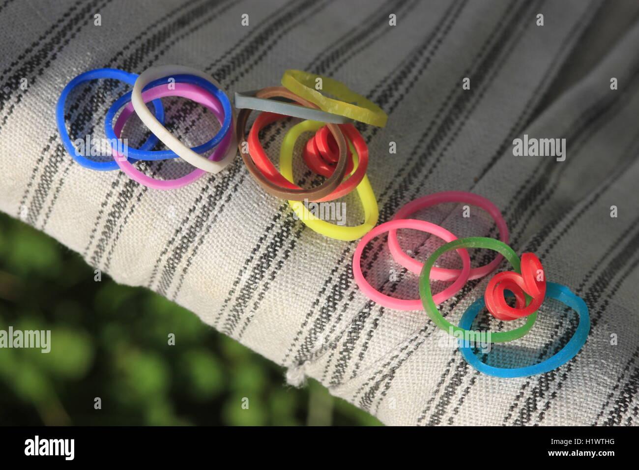 Le bande del telaio sulla struttura di poltrona sdraio vintage colori luminosi rosso verde blu rosa arancione Immagini Stock