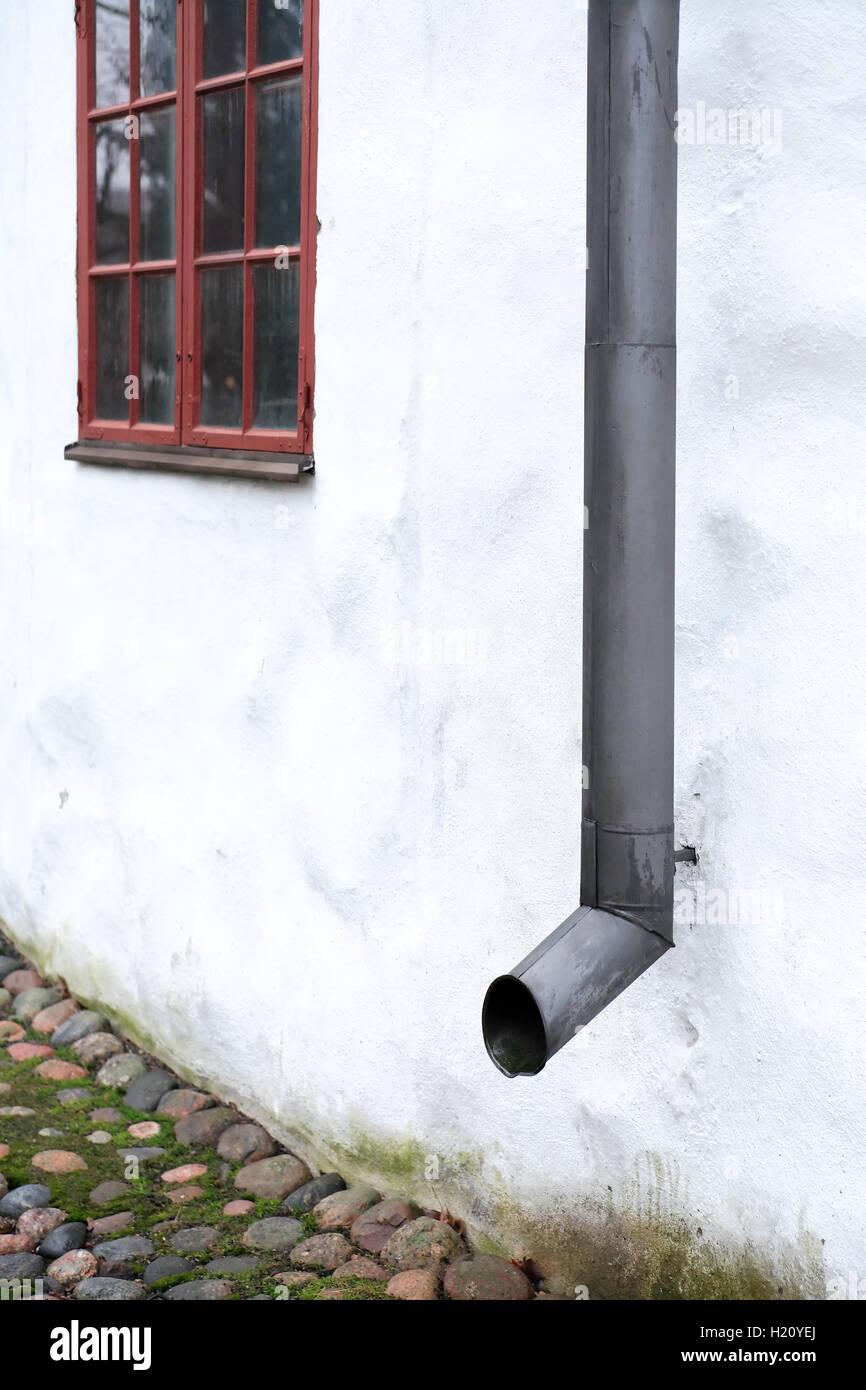 Tubo di drenaggio sulla parete Immagini Stock