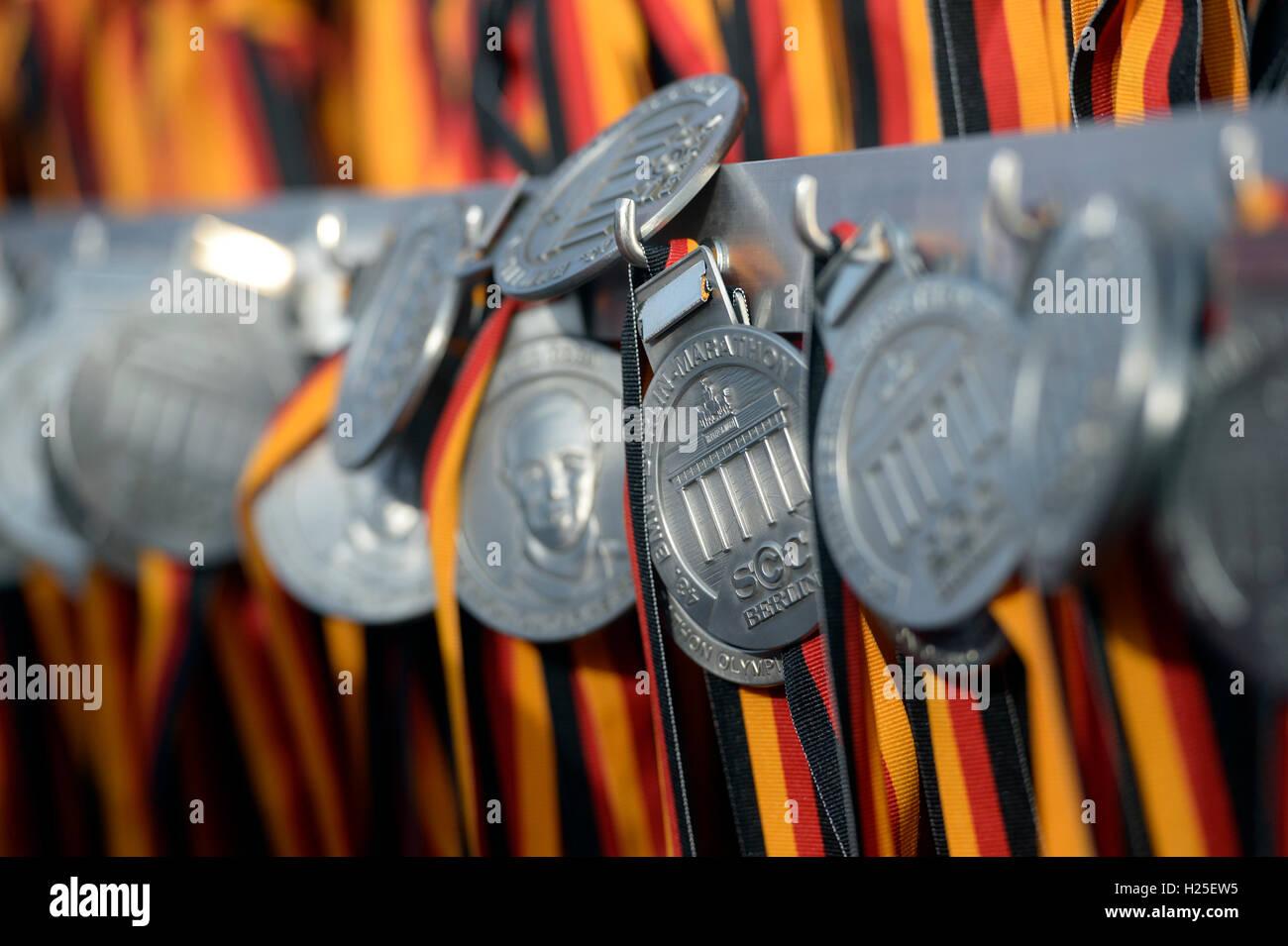 Berlino, Germania. Xxv Sep, 2016. Medaglie in attesa per i partecipanti della XLIII la maratona di Berlino a Berlino, Immagini Stock