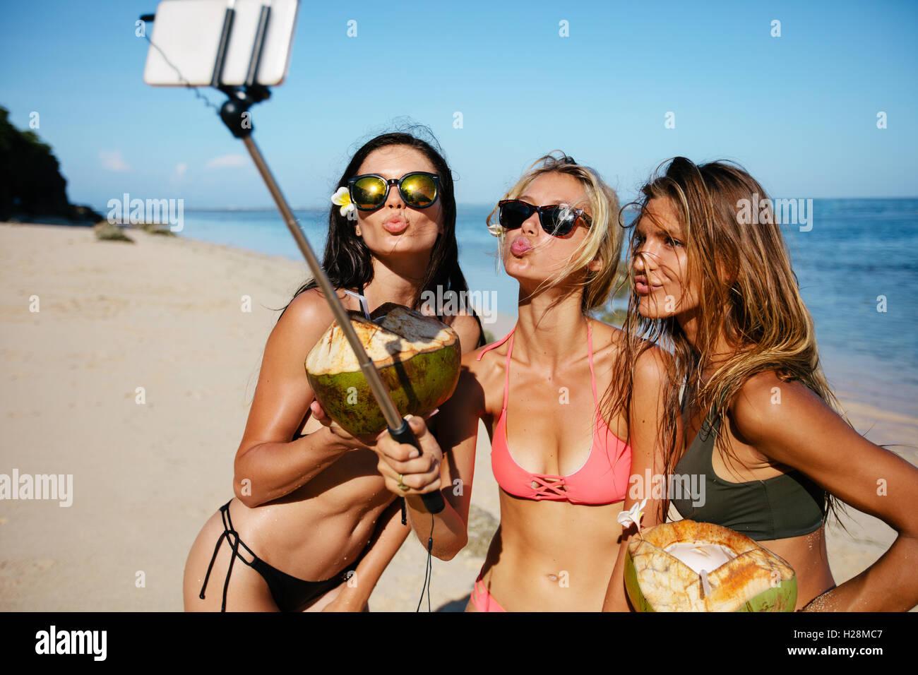 Costume Da Bagno Femminile In Inglese : Tre giovani donne in costume da bagno sulla spiaggia godendo le