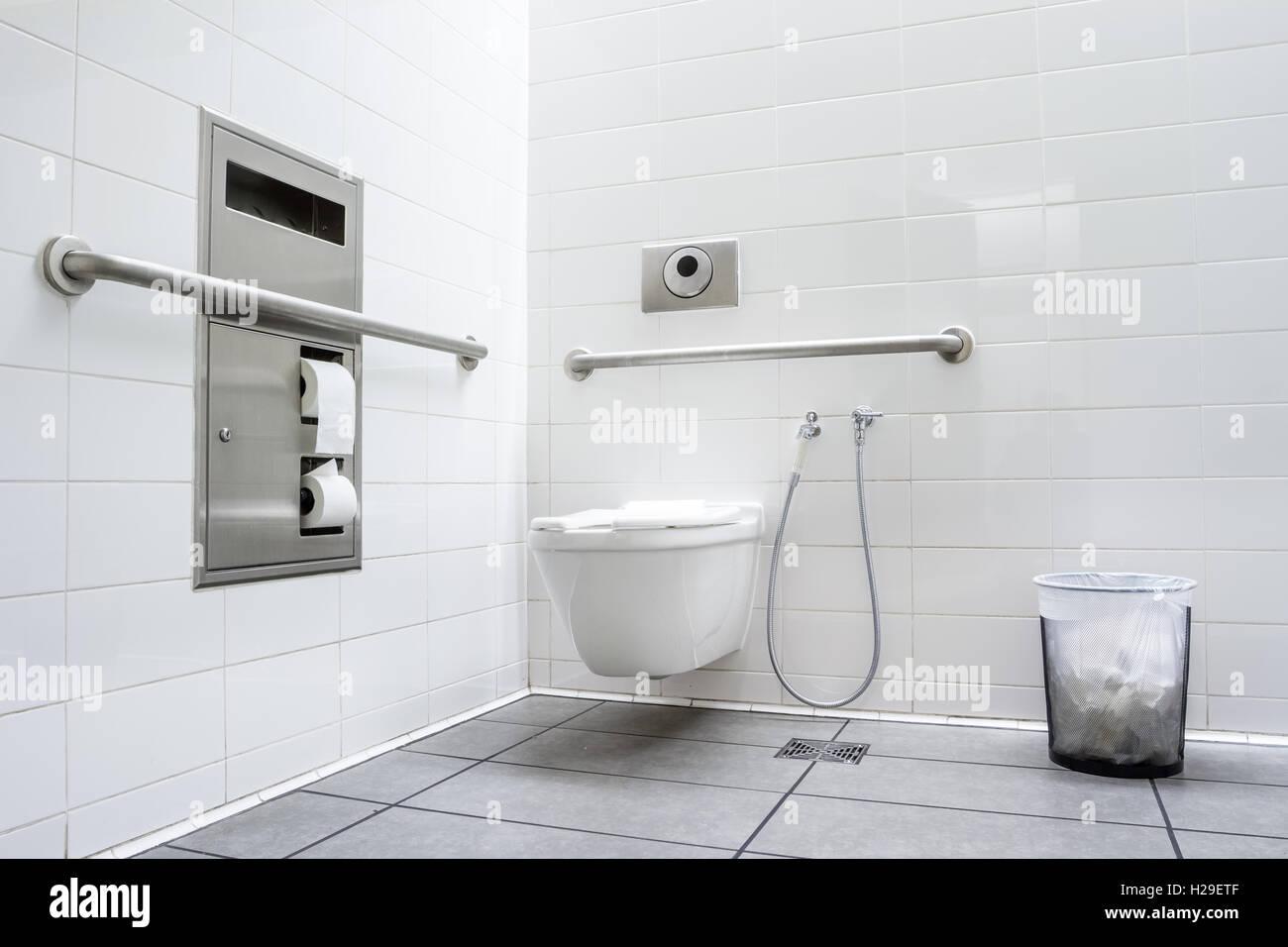Pubblico bagno per disabili in un edificio di grandi dimensioni