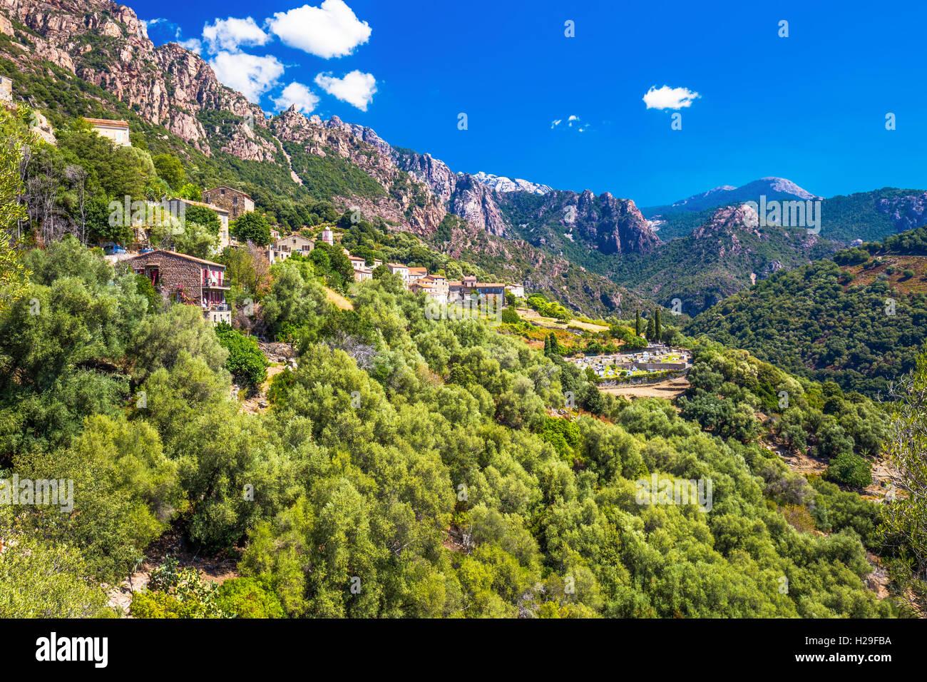 Città Ota con lo sfondo delle montagne vicino a Evisa e Porto, Corsica, Francia. Immagini Stock