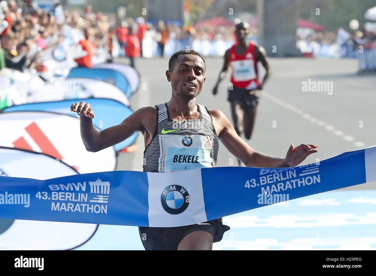 Berlino, Germania. Xxv Sep, 2016. Kenenisa Bekele (ETH) ha vinto la xliii la maratona di Berlino, tenutasi a Berlino. Immagini Stock