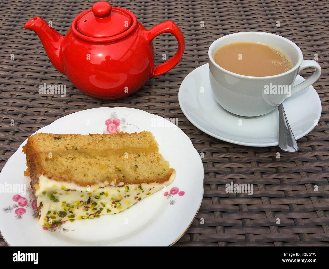 Fette di pan di spagna con un bricco di tè. Immagini Stock
