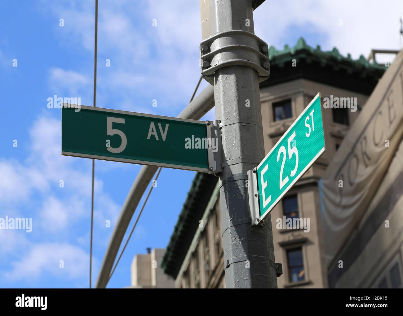 Indicare la Quinta Avenue. New York, Stati Uniti. Immagini Stock