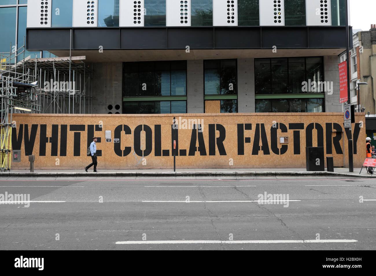 Edificio AHMM collare bianco accaparramento di fabbrica firmare alla base del nuovo edificio in costruzione presso Immagini Stock