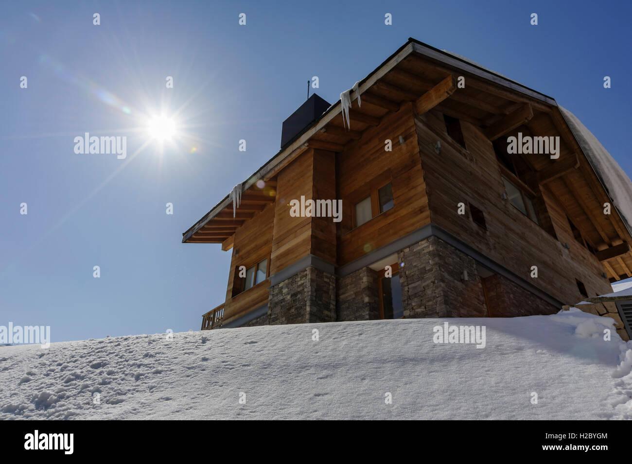 Un chalet in legno e pietra durante il periodo invernale in Kfardebian Mzaar ski resort in Libano (contre-jour) Immagini Stock