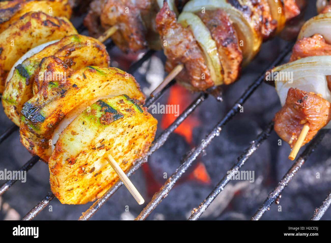Close up foto di zucchine e spiedini di carne, barbecue nel giardino, il fuoco selettivo. Immagini Stock