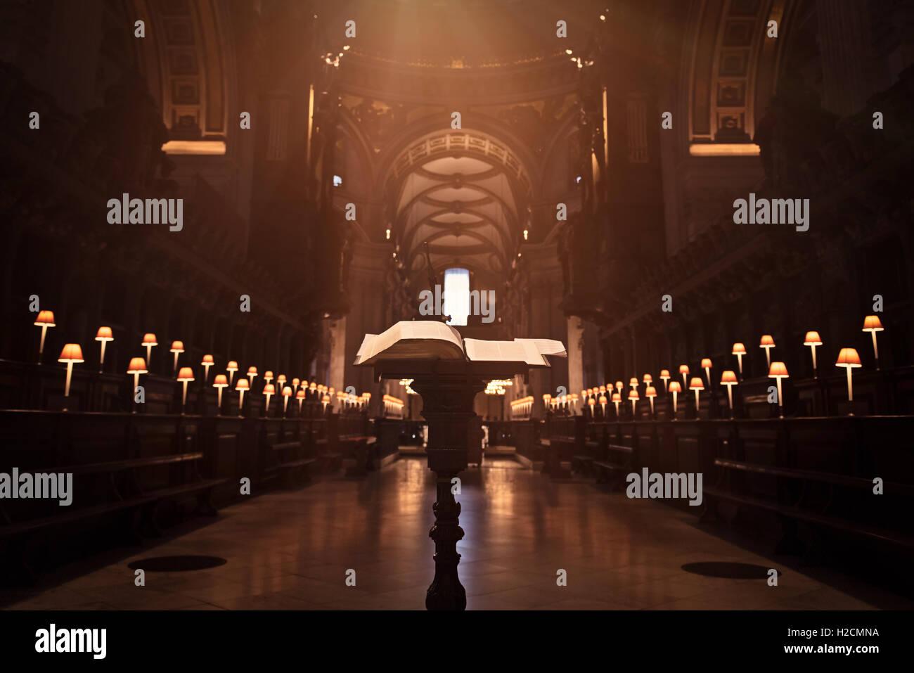 Coro e la bibbia su una tavola di legno scolpito stand alla Cattedrale di San Paolo a Londra Immagini Stock